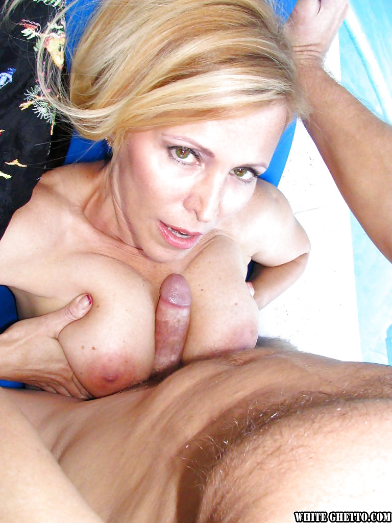 Ненасытная блонда трахнулась с любовником у бассейна секс фото и порно фото
