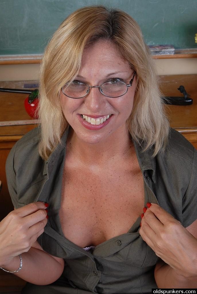 Зрелая училка ласкает сочную киску перед студентом секс фото и порно фото