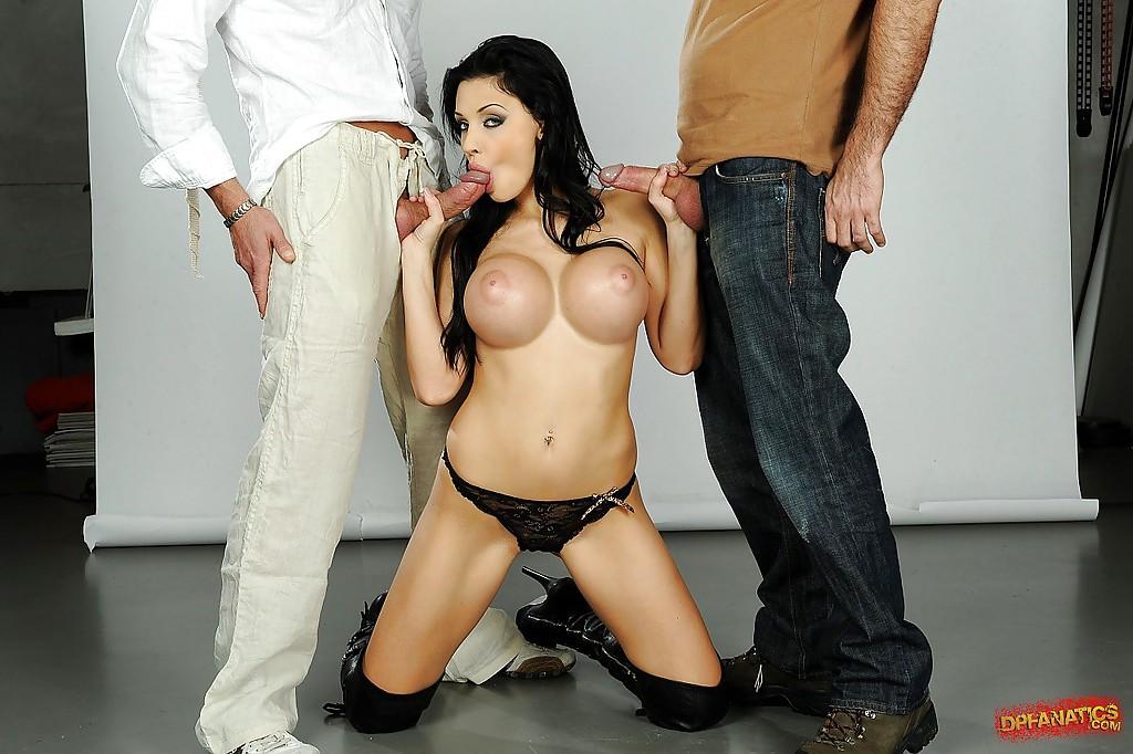 Брюнетка с большими сиськами трахается с двойным проникновением секс фото и порно фото