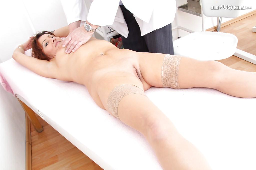 Зрелая мадам обнажилась на приеме у гинеколога секс фото и порно фото