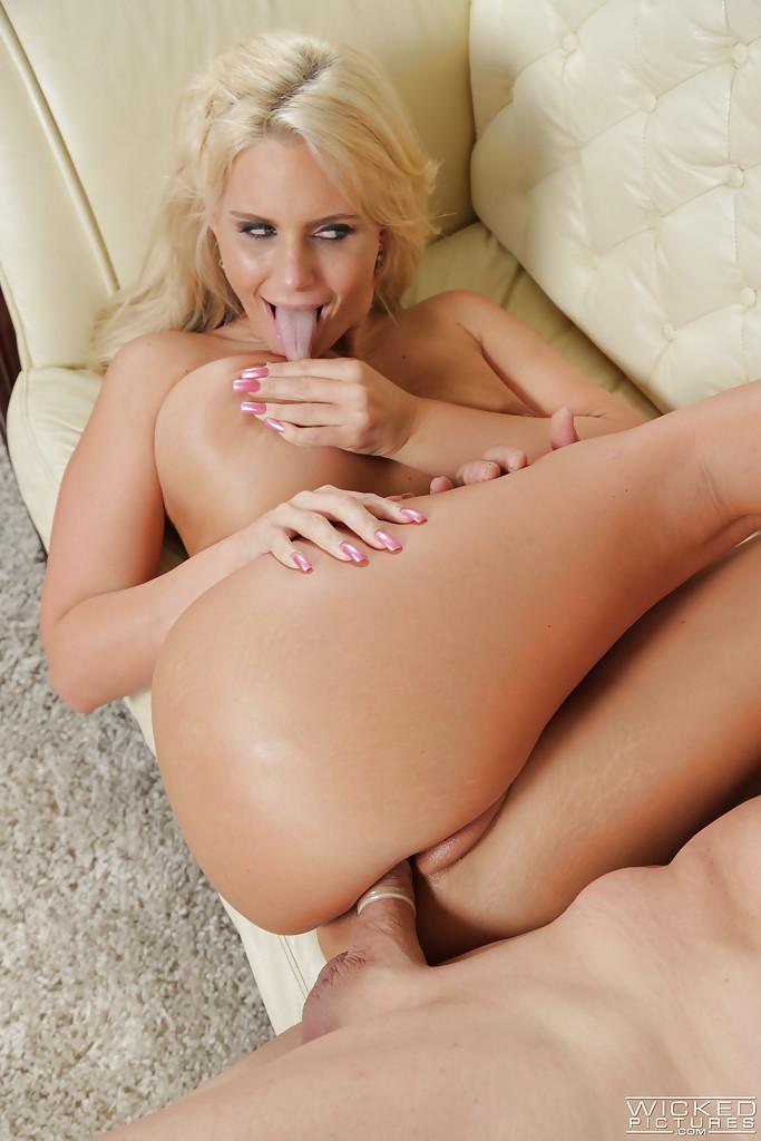 Зрелая блондинка с большой жопой берет за щеку перед еблей секс фото и порно фото