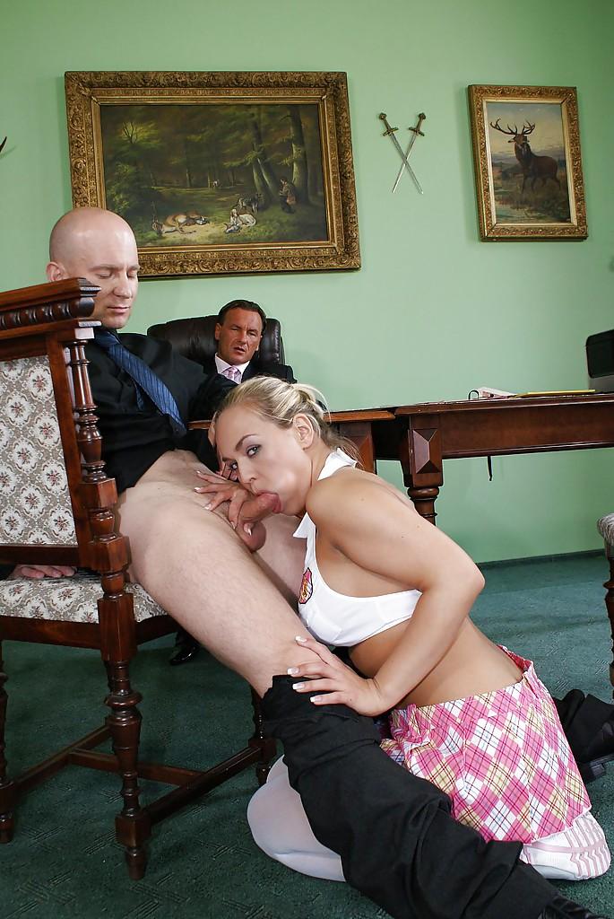 Секретарша попрыгала на пенисе своего начальника секс фото и порно фото