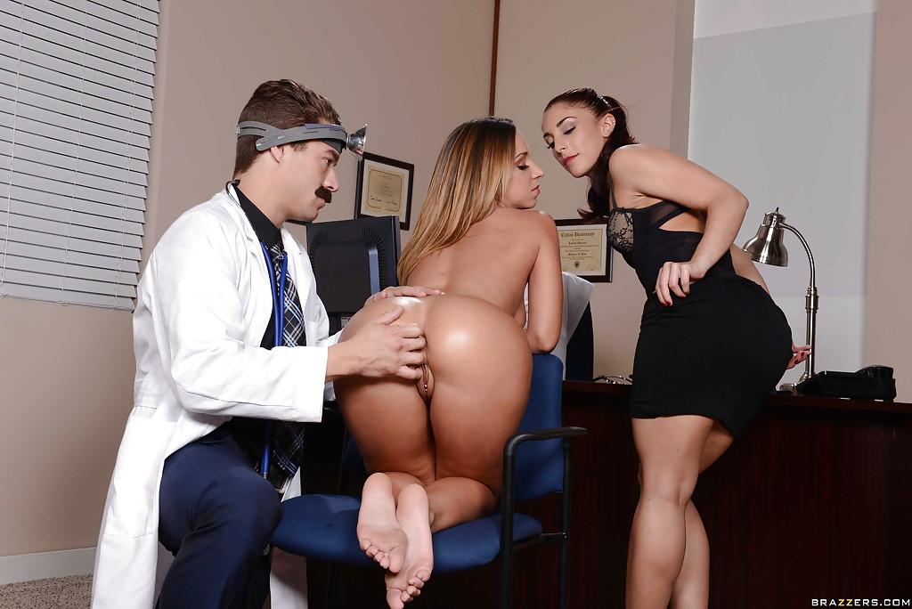 Оголенные медсестры умело отсосали у усатого доктора секс фото и порно фото