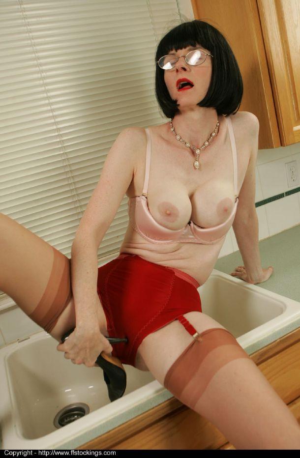 Зрелая мадам блещет пикантными местами перед гостем секс фото и порно фото