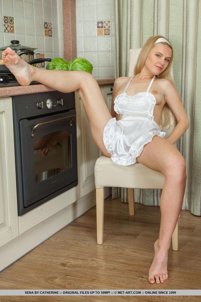 Неистовая красавица извивается голышом на кухне секс фото и порно фото