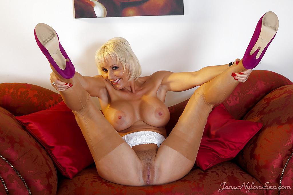 Зрелая мадемуазель расставляет длинные ноги секс фото и порно фото