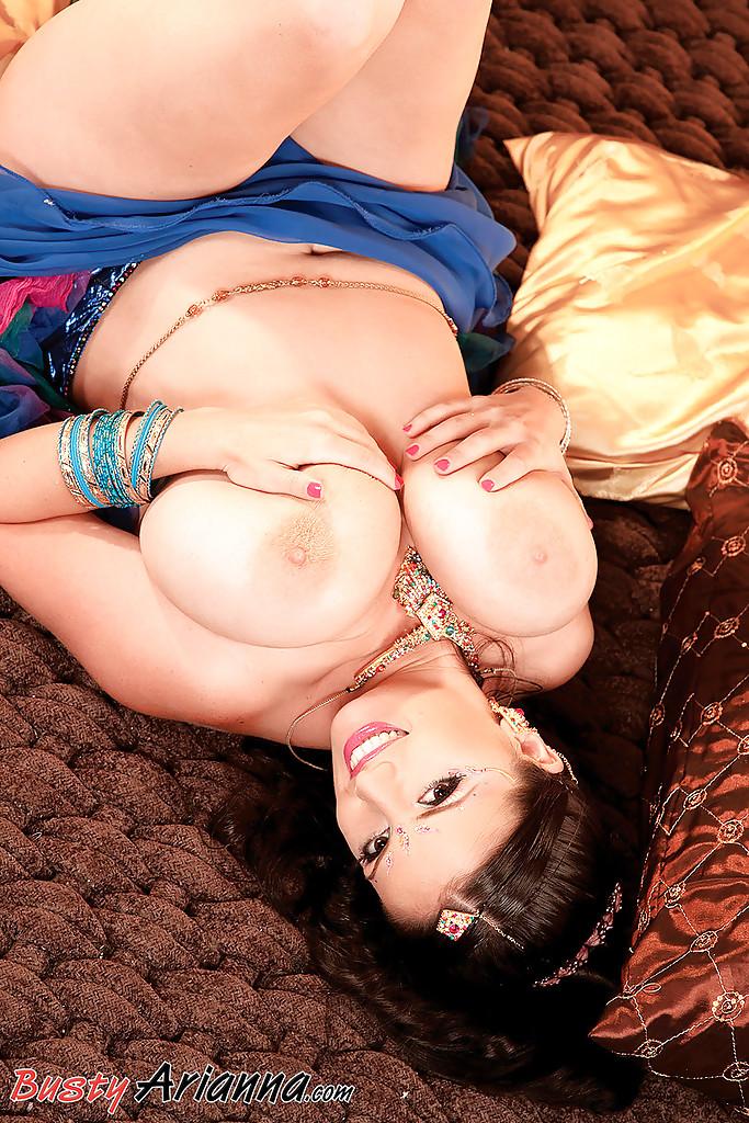 Полная танцовщица похвасталась огромными сиськами секс фото и порно фото