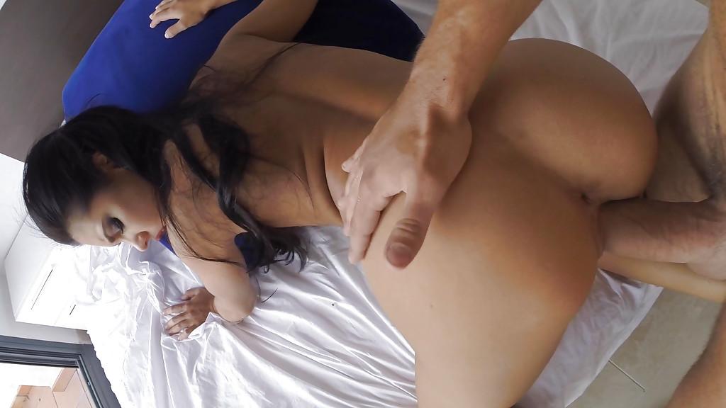 Мужлан поставил брюнетку раком и поимел в во влагалище секс фото и порно фото