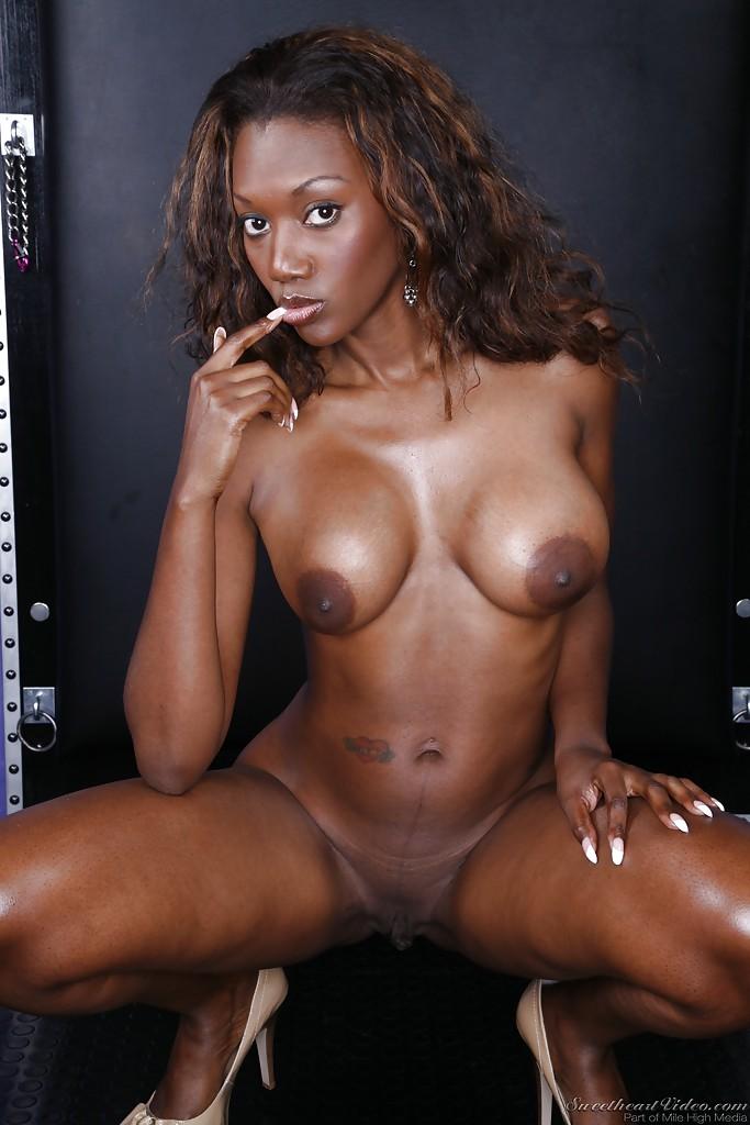 Горячая негритянка обнажилась и показала пикантные места секс фото и порно фото