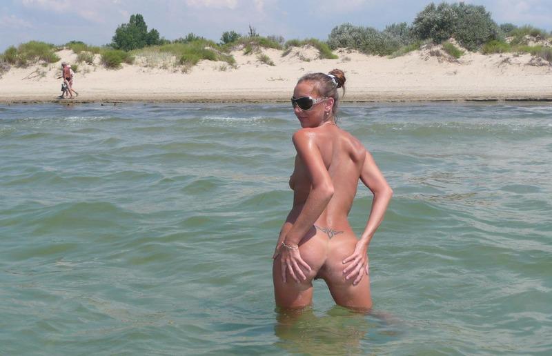 Студентка голышом развлекается на пляже секс фото и порно фото