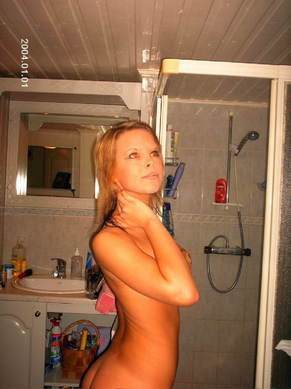 Обнаженная нимфа замечталась в ванной комнате секс фото и порно фото