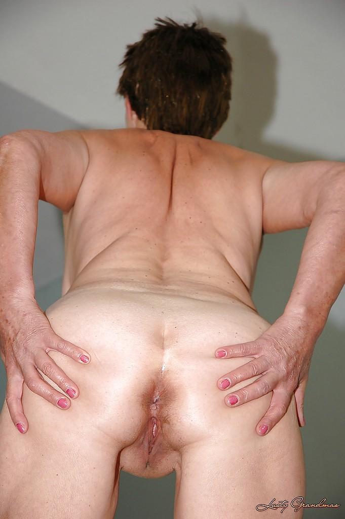 Зрелая шалунья игриво разделась перед молодым ухажером секс фото и порно фото