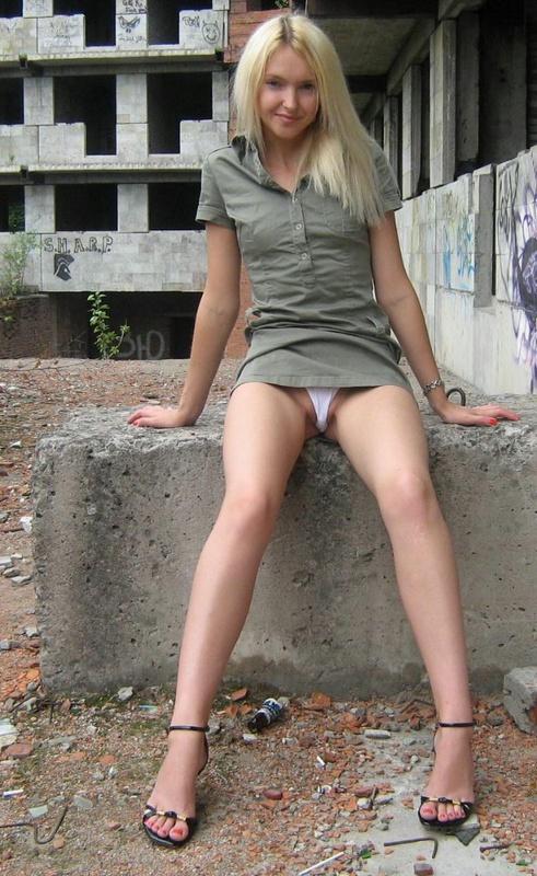 Раскованная блонда прогуливается нагая по стройке секс фото и порно фото