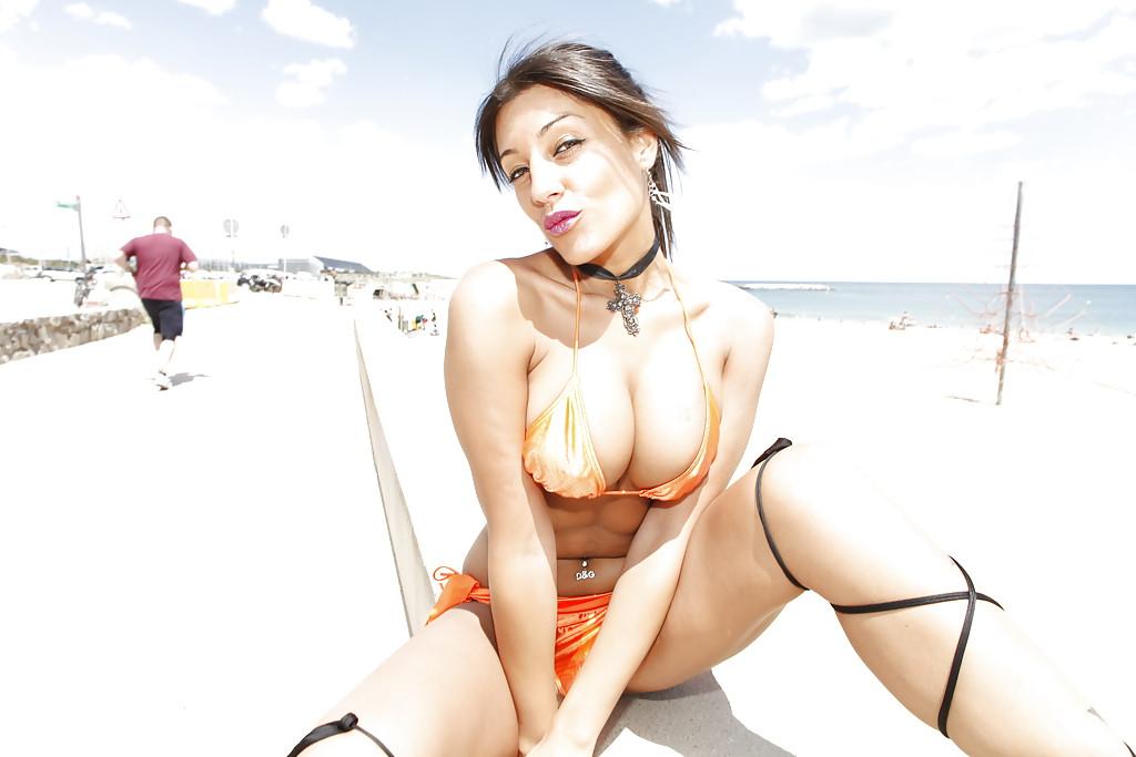 Неистовая соблазнительница похвасталась сиьками не берегу океана секс фото и порно фото