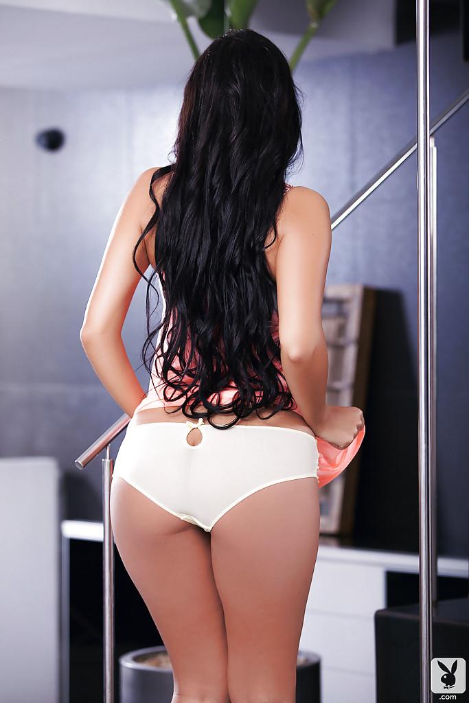 Девушка позирует в нижнем белье, оголяя свои формы секс фото и порно фото