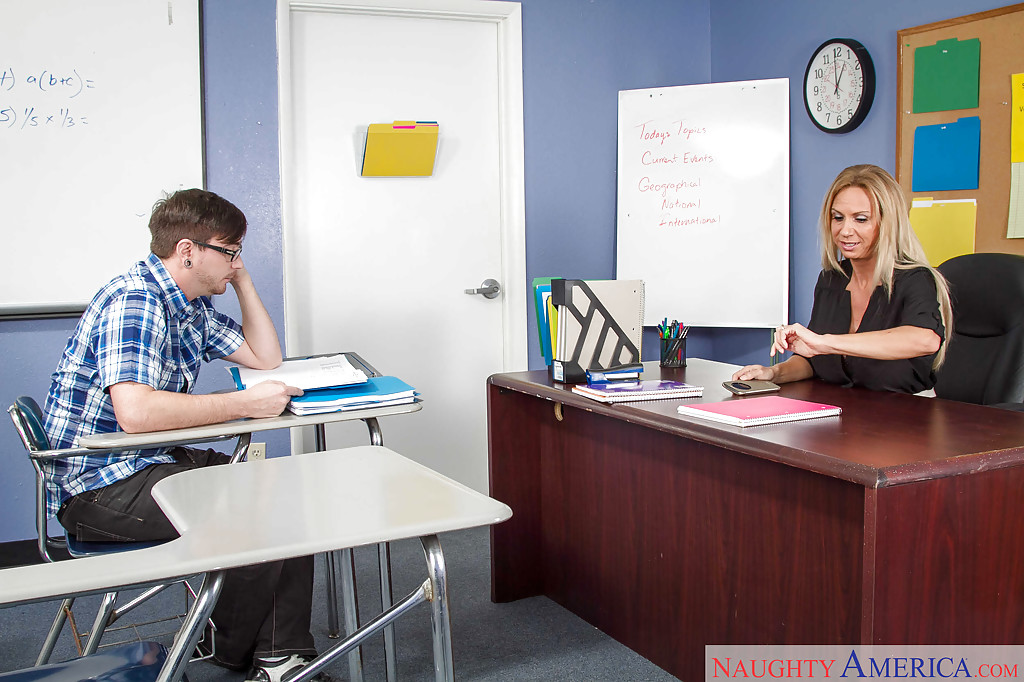 Зрелая училка отдалась студенту на рабочем столе секс фото и порно фото