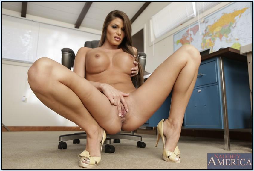 Офисная работница обнажилась на рабочем месте секс фото и порно фото