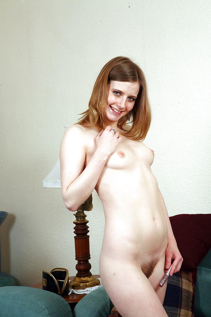Неотразимая сука вогнала в киску блеск для губ секс фото и порно фото