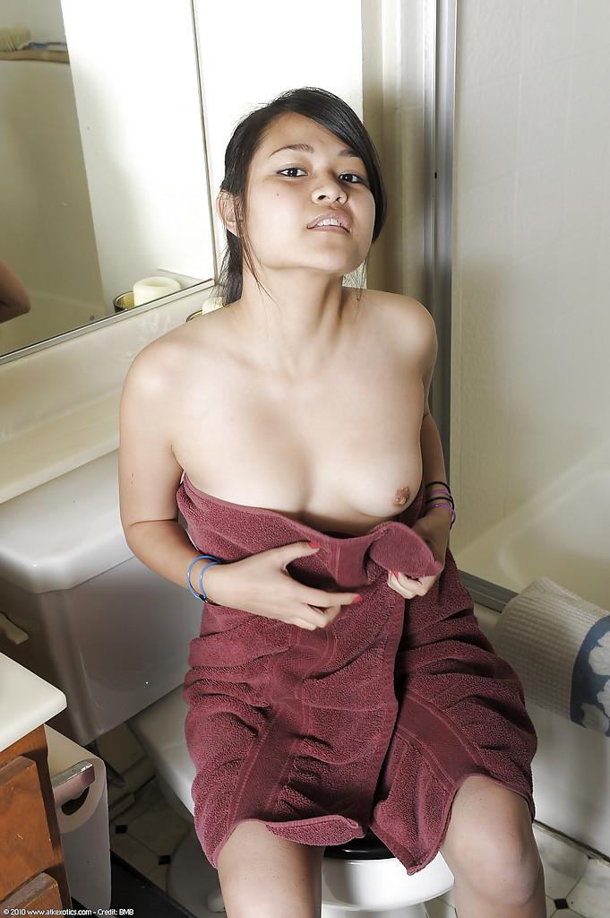 Хрупкая азиатка показала пикантные места секс фото и порно фото