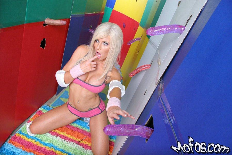 Сисястая блондинка разделась в окружении секс игрушек секс фото и порно фото