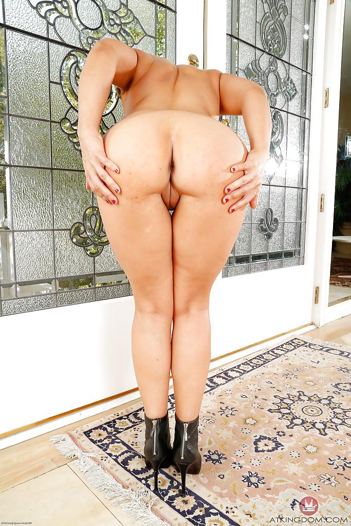 Мамаша избавилась от вещей и показала щелку секс фото и порно фото