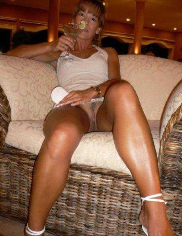 Эффектные дамы выставили на показ сочные пилотки секс фото и порно фото
