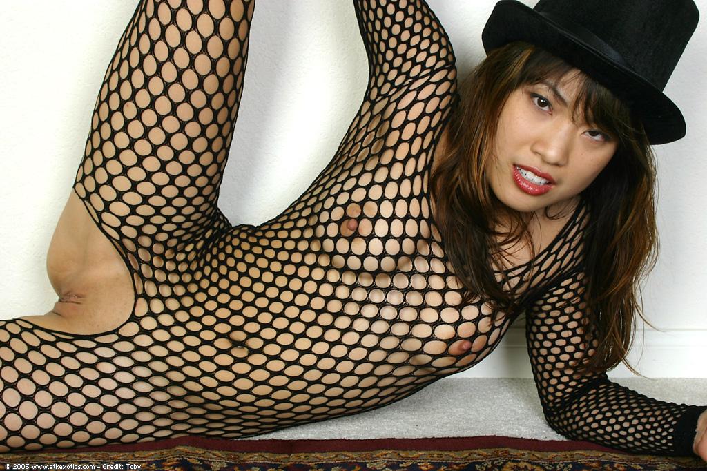 Азиатка в сексуальном наряде показала киску секс фото и порно фото