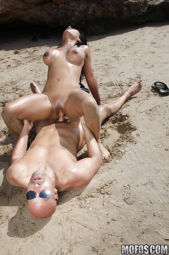 Грудастая брюнетка активно потрахалась с мачо на пляже секс фото и порно фото