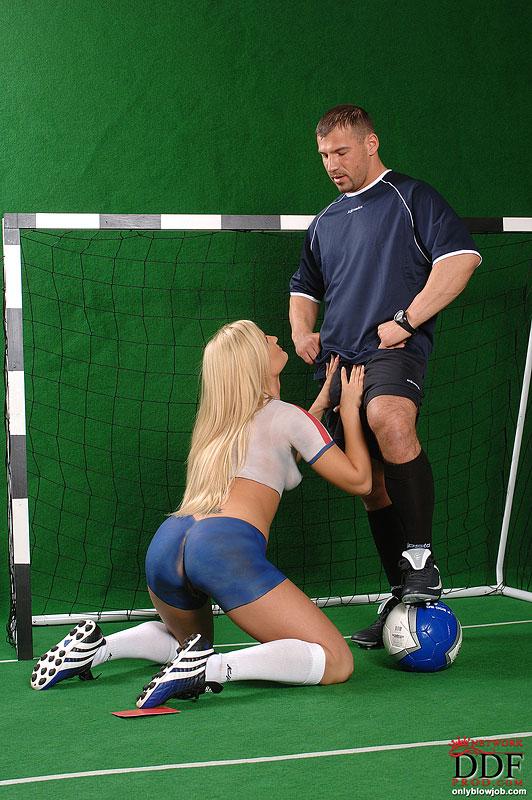 Футболистка отсосала у судьи прямо на поле секс фото и порно фото