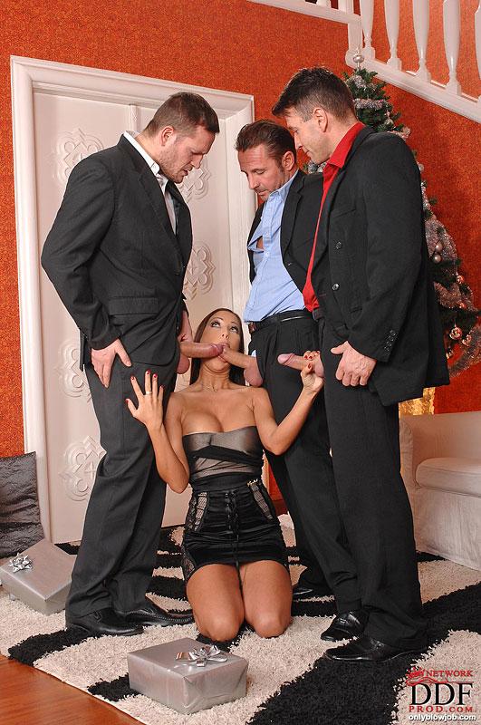 Красотка сделала минет своим троим ухажерам секс фото и порно фото