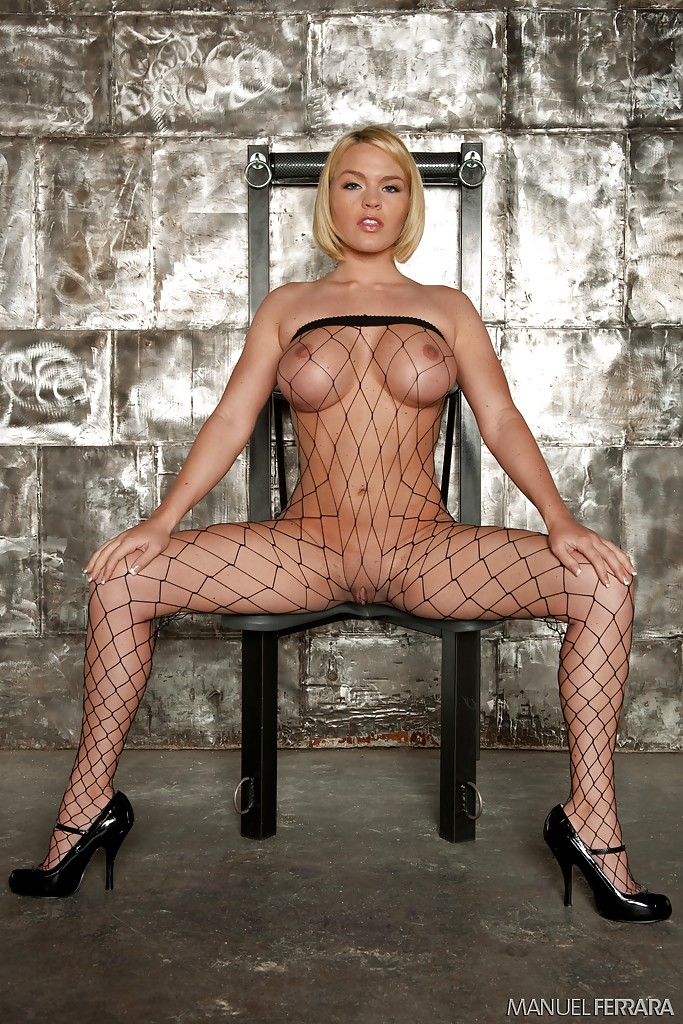 Грудастая блондинка позирует обнаженной секс фото и порно фото